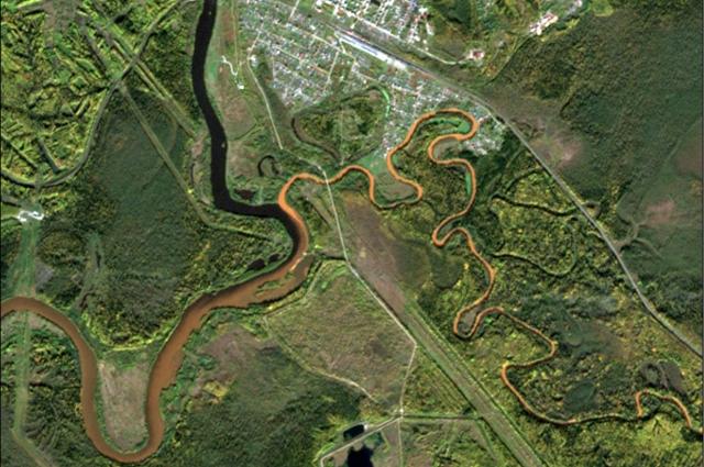 А на этом снимке хорошо видно, как загрязнённые воды реки Вильвы впадают в реку Яйва.