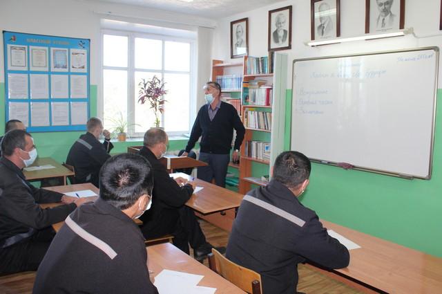 Алексей Сафронов 15 лет обучает русскому языку в колонии.