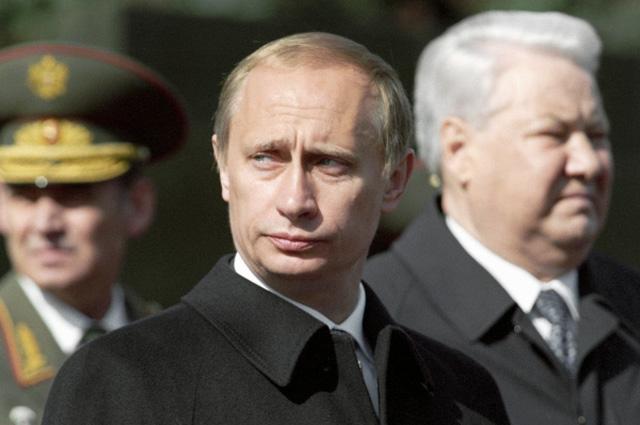 Президент России Владимир Путини первый Президент РФ Борис Ельцин на Красной площади на праздновании 55-й годовщины Победы в Великой Отечественной Войне, 2000 год