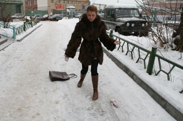 Подскользнуться на неочищенном от снега тротуаре может любой.