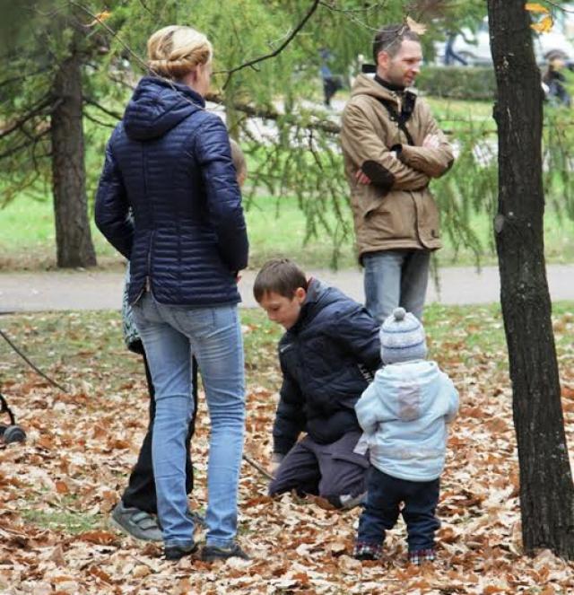 Значительная часть челябинцев пришла в этот день вовсе не на митинг, а просто прогуляться среди осенних деревьев.