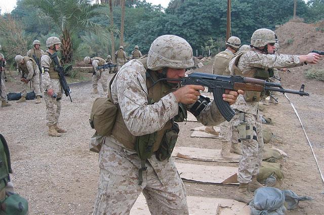 Морской пехотинец США с MPi-KMS-72, восточногерманским аналогом АКМС