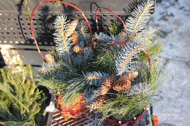 Не спешите выбрасывать еловые ветки. Из них можно сделать новогоднее украшение для дома в виде венка или композиции с шишками.