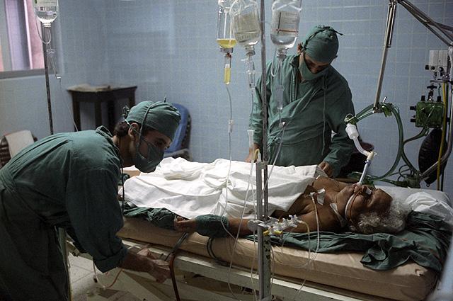 Пациент и врачи в отделении интенсивной терапии Гаванского госпиталя