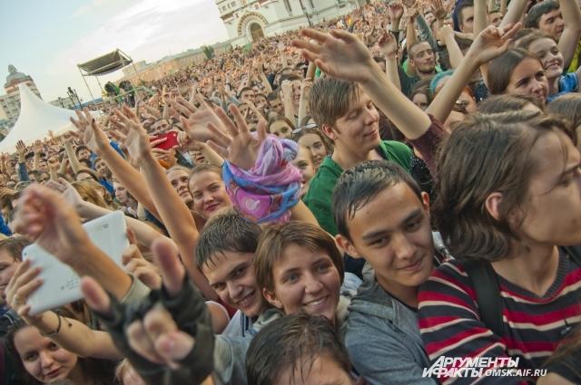 Больше десяти тысяч человек пришли в субботу на Соборную площадь.