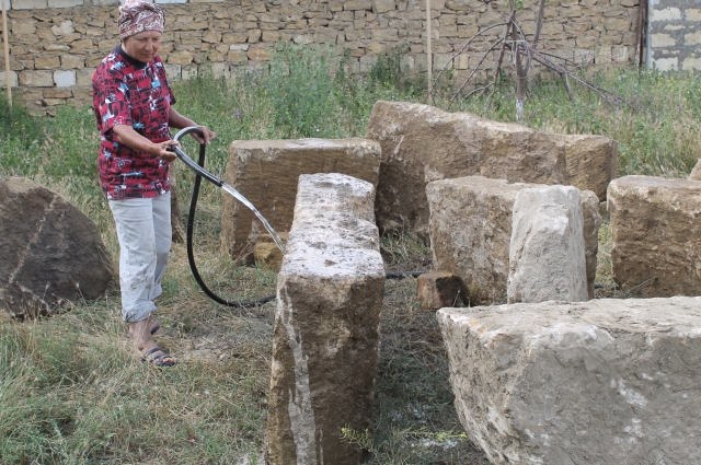 Археологам приходится тщательно очищать все свои находки.