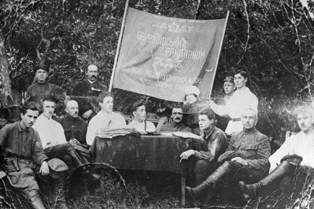 Советский писатель Николай Островский (1-ый слева) на заседании березовского райпарткома (из собраний Государственного музея Н. Островского). 1923 год.