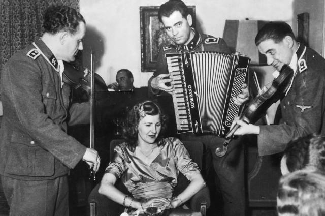 Ева Браун в Бергхофе, 1944 г.