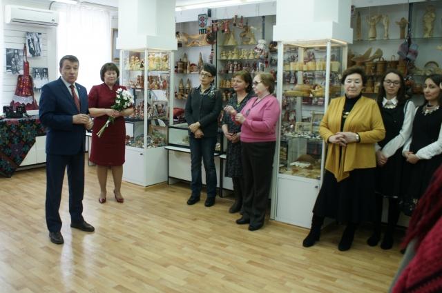 Владимир Соловьёв, министр культуры УР, и Наиля Собина, директор Наццентра ДПИиР, обратились с приветственным словом к организаторам и гостям выставки.