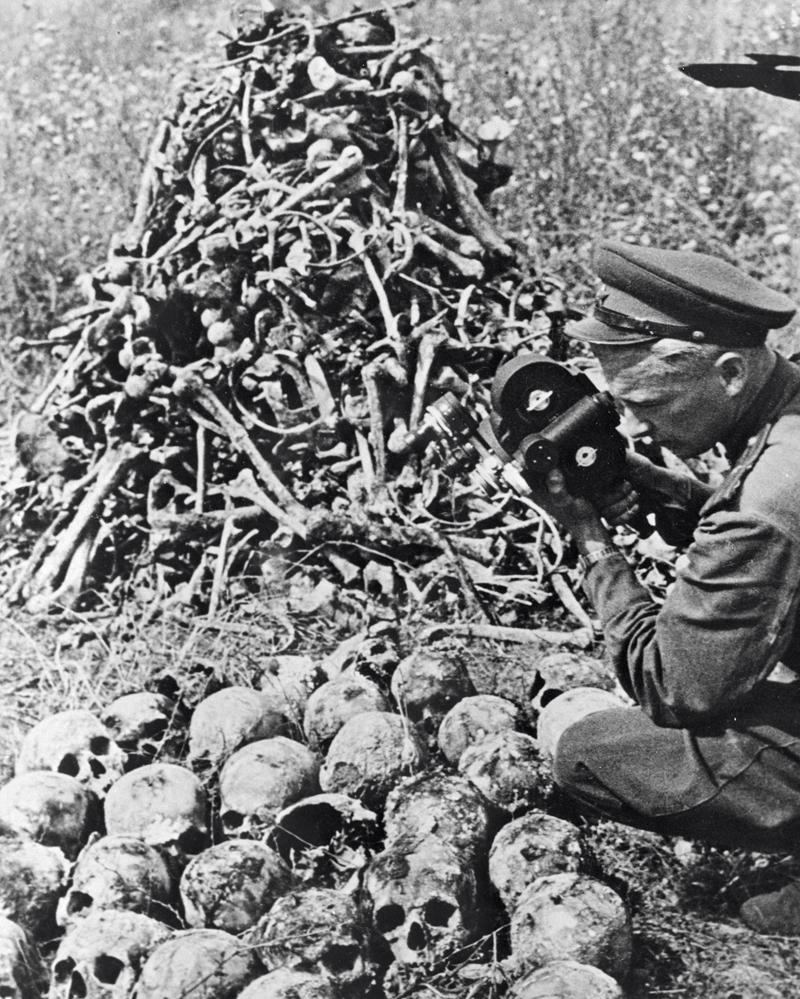 Советский кинодокументалист Роман Кармен снимает в фашистском лагере Майданеке.