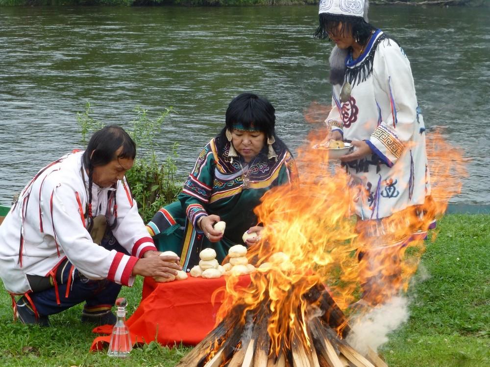 Шаманский обряд поклонения богам открыл праздник.