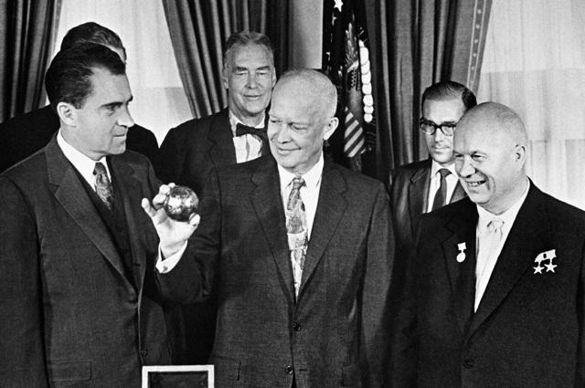 Никита Хрущев, вице-президент США Ричард Никсон во время вручения президенту США Дуайту Эйзенхауэру копии вымпела, доставленного на Луну советской космической ракетой. Сентябрь 1959 года.