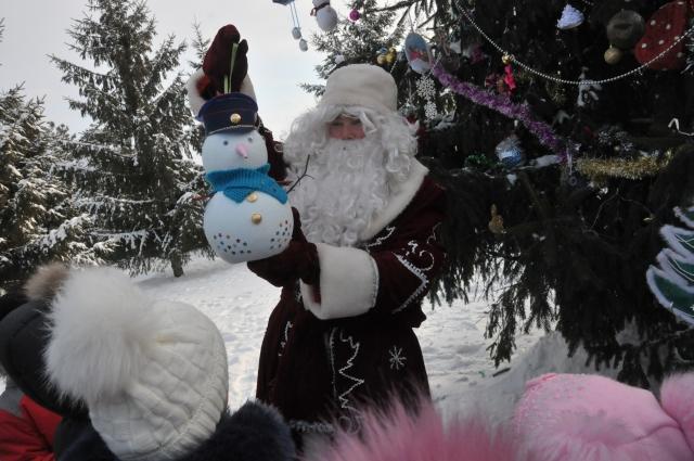 Дед Мороз был восхищён игрушками, которые сделали ребятишки.