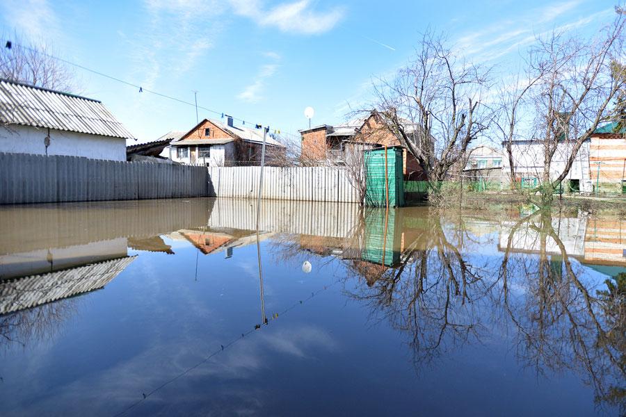 На 13 апреля в зоне затопления находились 878 придворовых участков и 149 домов.