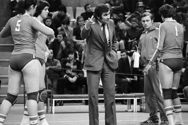 Тренер женской сборной СССР по волейболу Николай Карполь беседует с игроками. 1982 г.