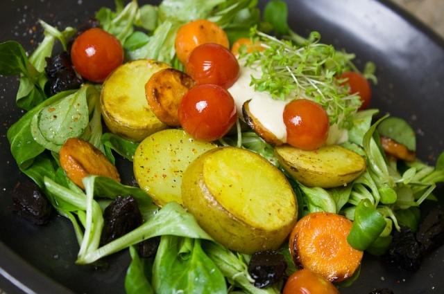Салат с картофелем может стать полноценным обедом.