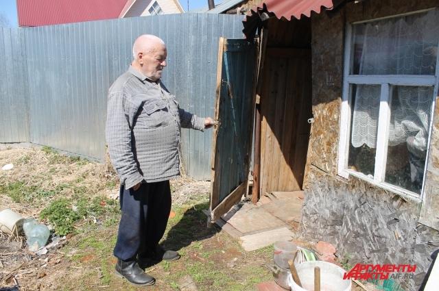 Власов пытается что-то ремонтировать в доме, насколько хватает сил.