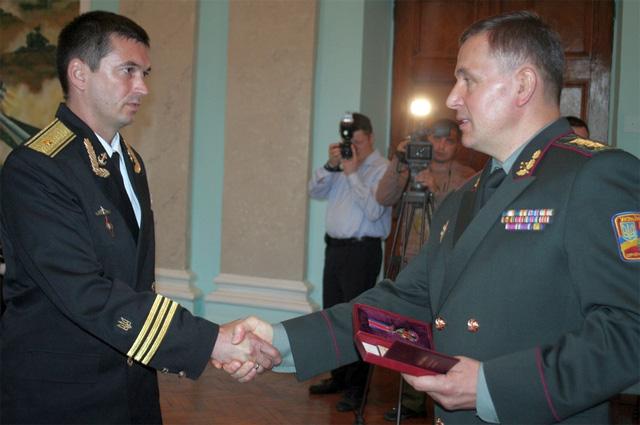 Министр обороны Украины Валерий Гелетей награждает Юрия Федаша Орденом Данилы Галицкого (2014).