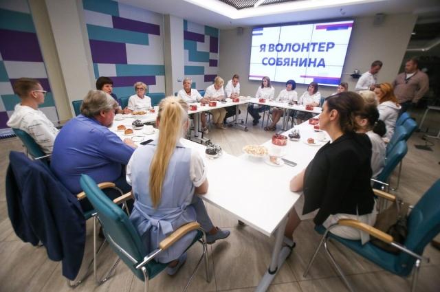 Работа в штабе начинается с учёбы. За «парту» вместе садятся добровольцы всех возрастов.