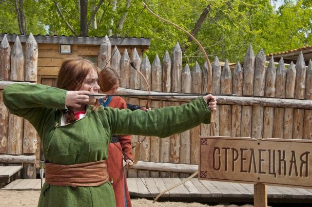Левушки не хуже парней стреляют из лука.
