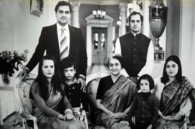 Семейный портрет Индиры Ганди - ее два сына Раджив и Санджай, их супруги Соня и Моника и их дети.