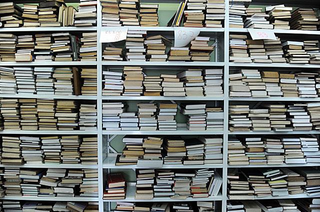 Полки с книгами в одном из залов библиотеки читальни им. И. С. Тургенева