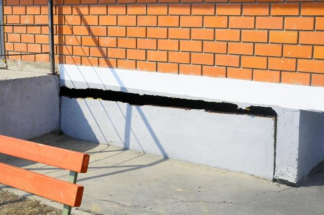 Со временем в фундаменте появились трещины.