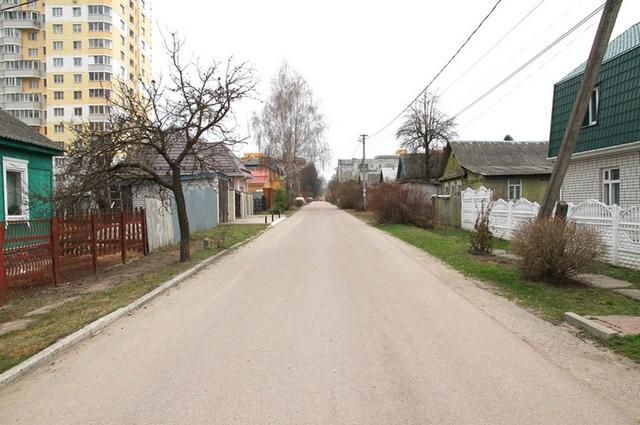 А на улице Тарджиманова люди хотят построить бордюр вдоль дороги.
