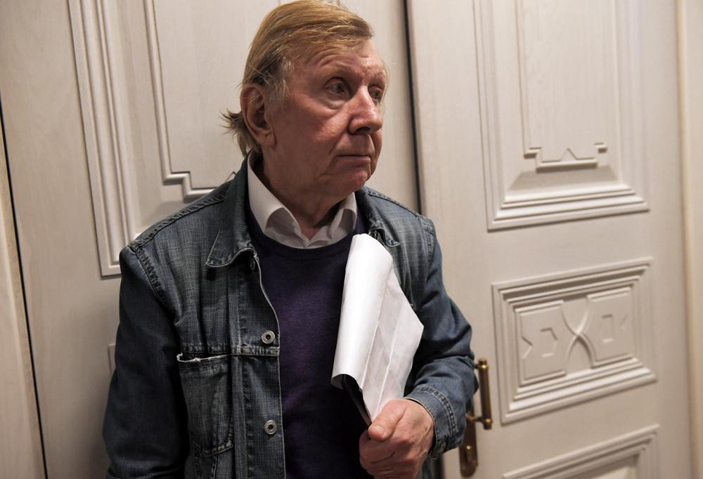 Юрий Чернов в сцене из спектакля