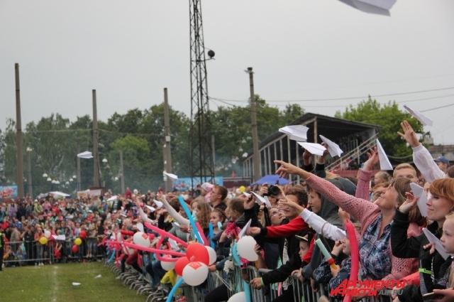 На фестивале собрались тысячи зрителей.