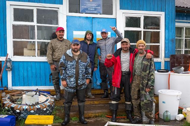 Участники экспедиции с хозяевами метеостанции Токо Константином и Михаилом.
