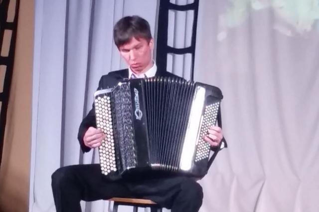 Герой играет на различных музыкальных инструментах.