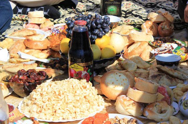 Праздничный стол ломился от разнообразных блюд.