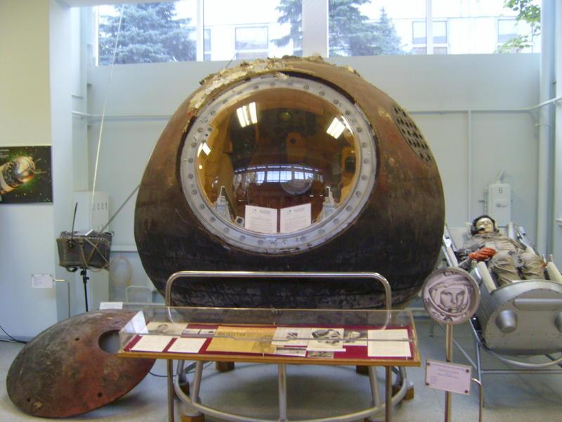 Спускаемый аппарат космического корабля «Восток» в музее РКК «Энергия». Крышка, отделившаяся на высоте 7 километров, падала на Землю отдельно, без парашюта.
