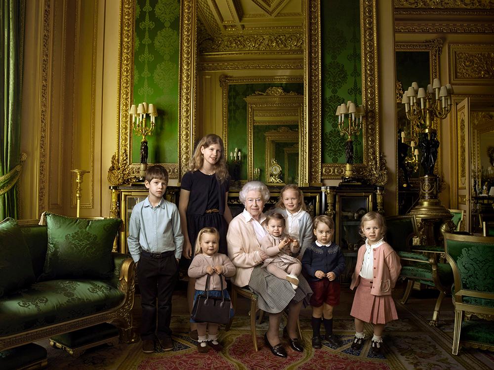 Ещё один рецепт долголетия - любовь подданных и близких. Королева Елизавета II с младшими членами своей семьи. На коленях у неё сидит 11-месячная дочь принца Уильяма и Кейт Миддлтон принцесса Шарлотта, а рядом с ней стоит её старший брат - 2-летний принц Джордж.