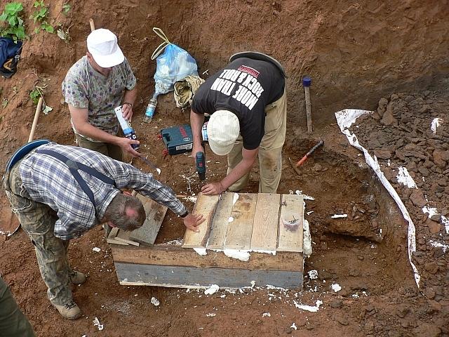 Палеонтологи запечатывают найденную кость в монолит.