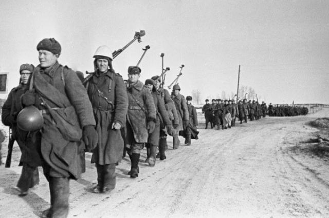Бойцы истребительного противотанкового батальона на пути к Вязьме после боев за Ржев, 4 марта 1943