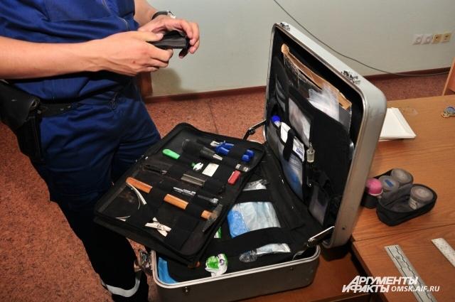 В чемодане много разных инструментов для осмотра места происшествия и сбора улик.