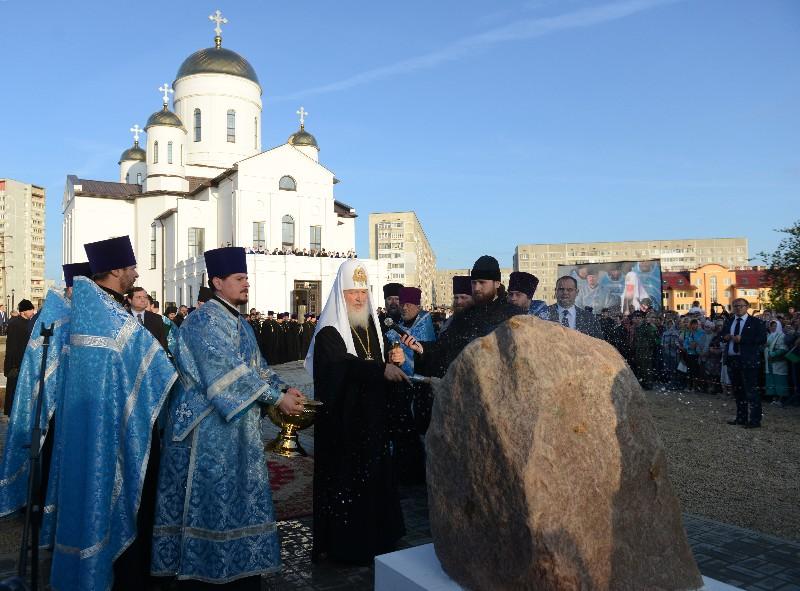 Патриарх Кирилл освятил камень в основании в основание приходского духовно-просветительского центра храма Великомученика и Победоносца Георгия.
