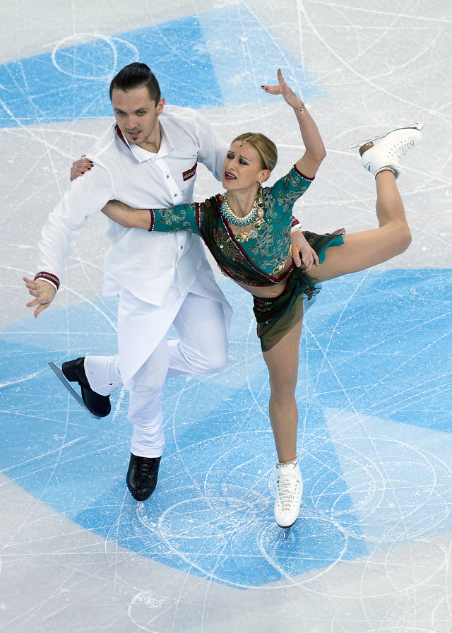 Татьяна Волосожар и Максим Траньков (Россия) выступают в короткой программе парного катания на чемпионате мира по фигурному катанию в Бостоне.