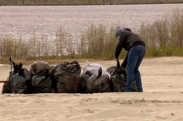 Участники акции «Чистый берег» - волонтеры и сотрудники градообразующих предприятий, убрали озеро Ханто