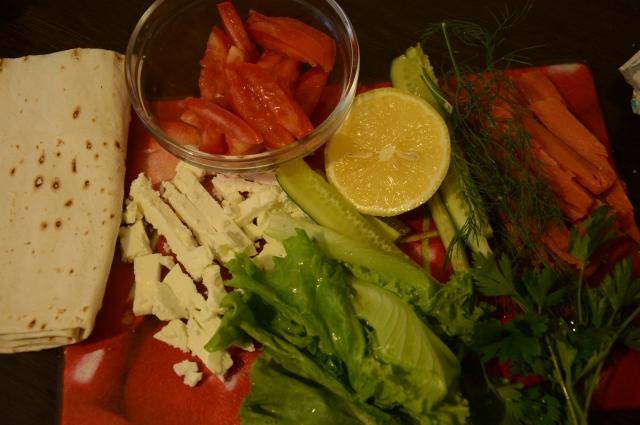 Подготовьте продукты для рулета с красной рыбой.