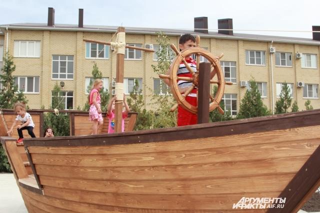 На благоустройство двора в Таганроге выделено 10 млн рублей.