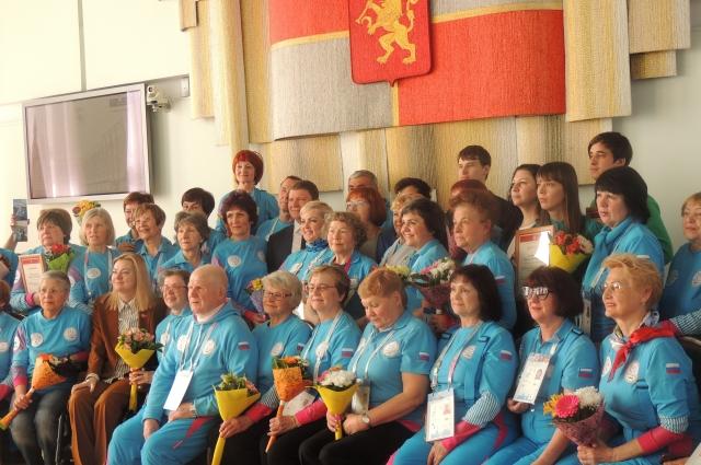 Волонтеров наградили дипломами.