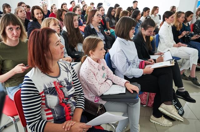 Перед модным шоу дизайнер Юлия Далакян провела мастер-класс для всех участников конкурса из Омска.