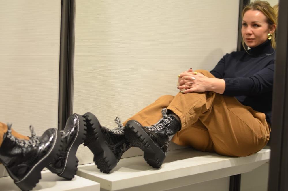 Грубые ботинки на толстой подошве вполне уместно смотрятся с изящным верхом.