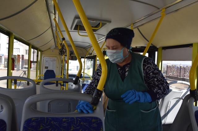 Некоторые пассажиры жалуются на запах дезинфицирующего раствора, но таких немного.