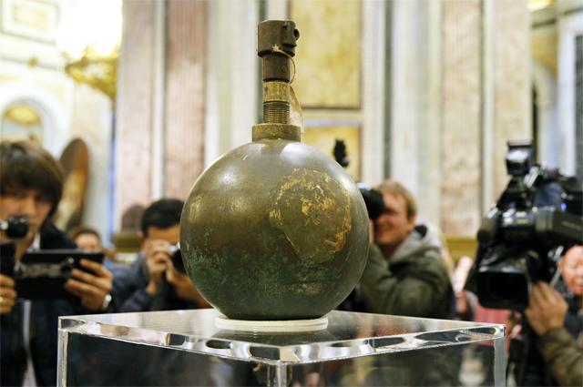 Маятник Фуко, снятый из-под купола Исаакиевского собора.