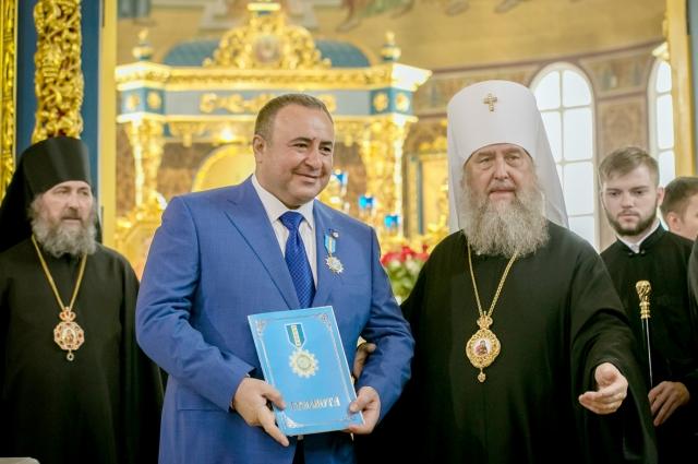 Митрополит Астанайский и Казахстанский Александр и благотворитель Грачья Погосян.