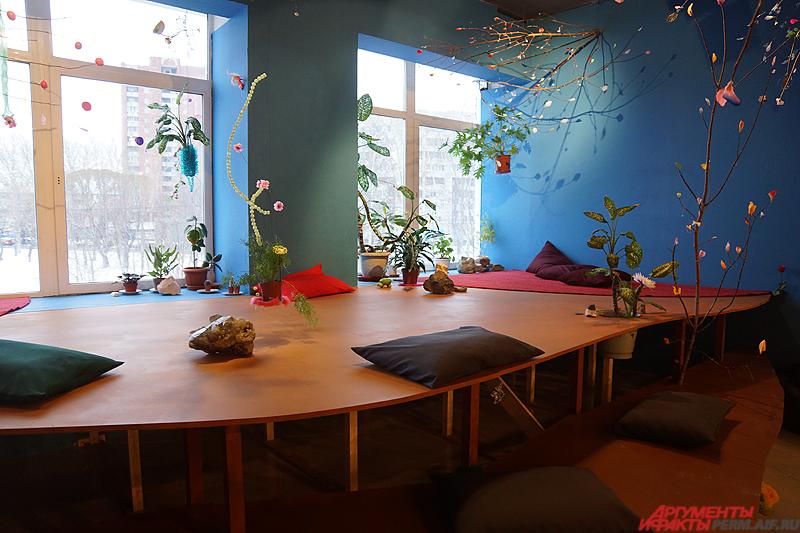 У окон художники расположили деревянные места для отдыха.